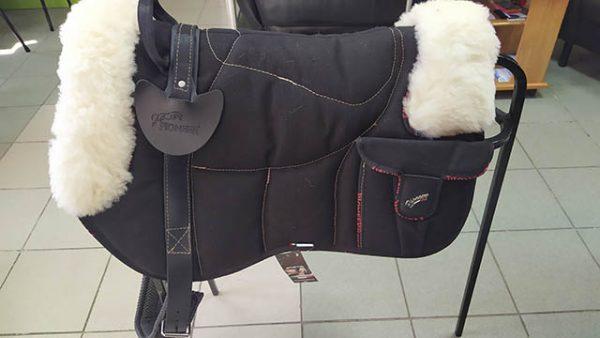 Седло для лошади безленчиковое пад Pioneer с мехом